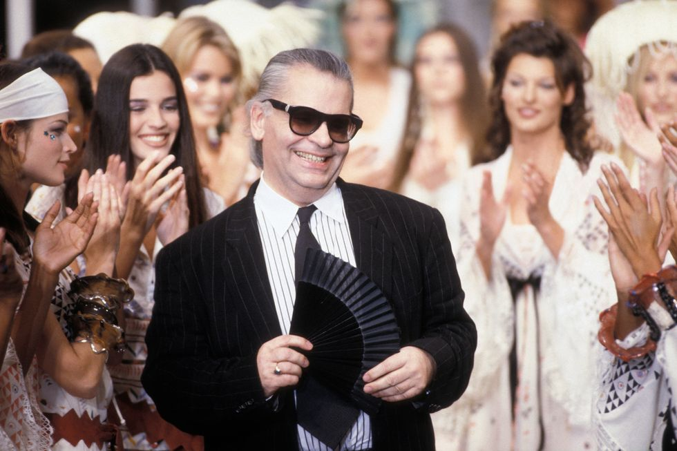 1992: Karl Lagerfeld ในช่วงฟินาเล่ของโชว์ Chanel  Spring/Summer 1993 1992 The designer during the finale of the spring/summer 1993 Chanel show.